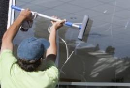 Преимущества профессионального мытья окон